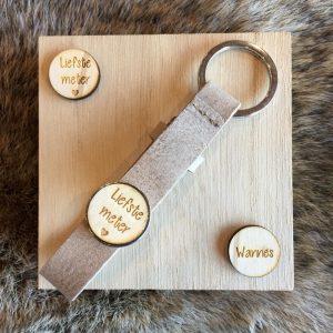 Houten sleutelhanger met button voor meter